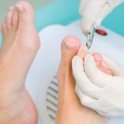 Что делать, если ноготь врастает в палец на ноге и гноится, как лечить неприятный недуг?